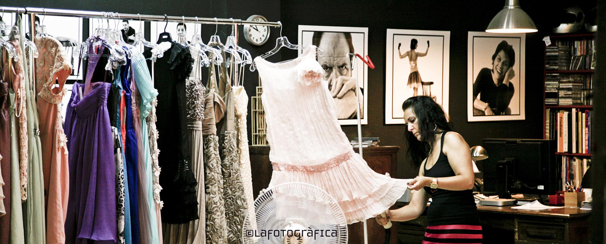 La Noemí preparant els vestits ©Lafotografica